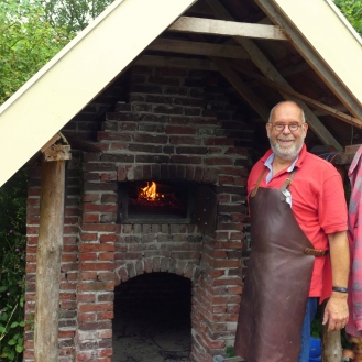 Aart voor zijn zelgebouwde pizzaoven